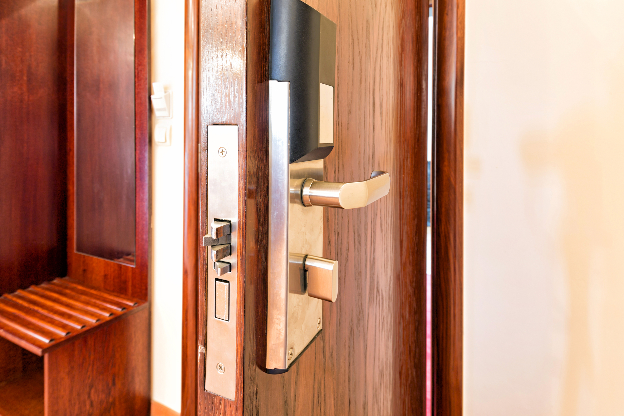 תיקון דלת רב בריח
